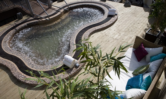 The outdoor jacuzzi at Reva's Spa