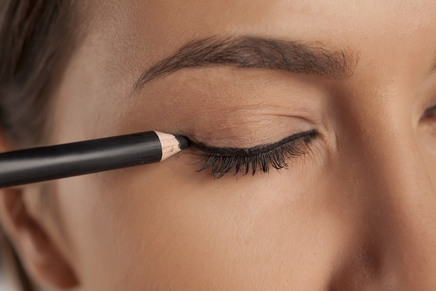 Lady applying eyeliner